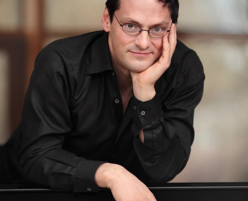 Pianist Tobias Forster am Flügel, Pressefoto